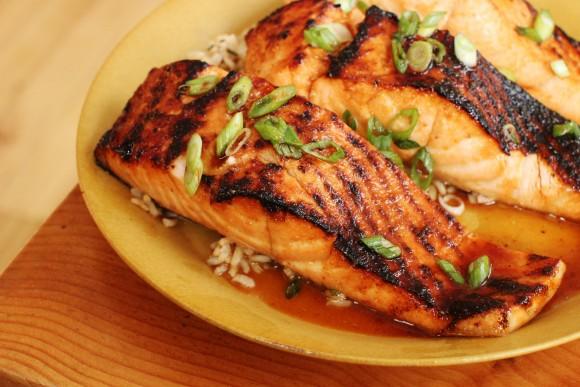 دوبار در هفته ماهیهای چرب مانند ماهی آزاد « سالمون » بخورید. (AP Photo/Matthew Mead)