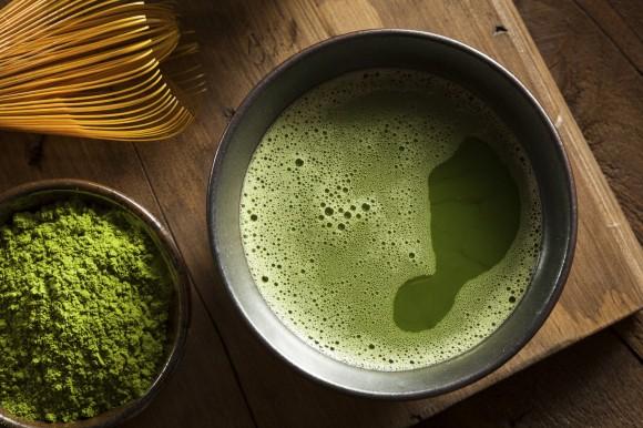 چای سبز طبیعی ماتچا درون کاسه « ماتچا پودر بسیار ظریف نوعی چای سبز است که به روش خاصی پرورش داده شده و برای مصرف آماده میشود »