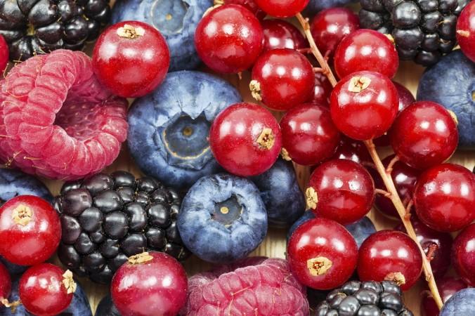 عالیترین توتها « انواع بِریها » برای سلامت پروستات شامل توتفرنگی، تمشک سیاه « بلک بِری »، تمشک قرمز « رز بِری » و کِرَن بری هستند. (Preto_perola/iStock)