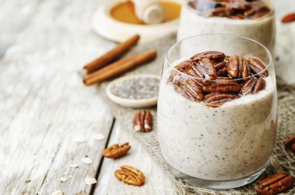 دانهها مانند تخم شربتی « چیا » و شاهدانه ترکیبی از پروتئین و مواد مغّذی حیاتی را در خود دارند. در اینجا تصویر یک پودینگ خوشمزه تهیه شده از تخم شربتی را ملاحظه میکنید. (nata_vkusidey/iStock)